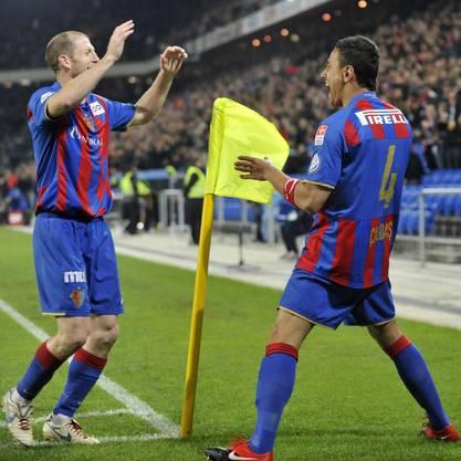 Jubelnde Basler: Scott Chipperfield (links) und Cagdas Atan nach dem 1:0 für den FCB.