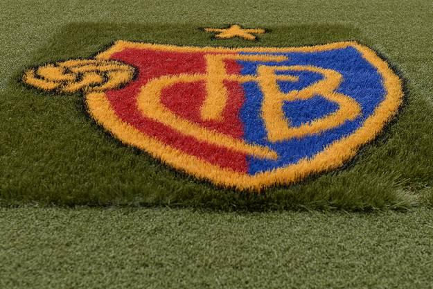Die neue Kunstrasen-Umrandung des Rasen-Spielfeldes mit dem FCB-Logo.