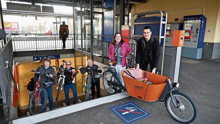 Fototermin der Grenchner Kantonsräte mit Fahrrädern (v. l.): Nicole Hirt (GLP),  Remo Bill (SP), Peter Brotschi (CVP) als Erstunterzeichner, Angela Kummer (SP) und Richard Aschberger (SVP). Verhindert war Hubert Bläsi (FDP)