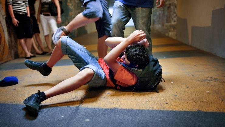 Schlägerei in einer Unterführung: In den vergangenen 15 Jahren hat die Jugendgewalt entgegen der Wahrnehmung aber markant abgenommen. (Symbolbild)