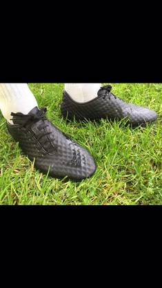 Sein Nockenschuh ist eine Spezialanfertigung – ganz in Schwarz. Dazu hat er ein Paar weisse Stollenschuhe und ein separates Paar Trainingsschuhe. Ein Paar hält bei ihm im Durchschnitt eine halbe, höchstens eine ganze Saison: «Das Aussehen kommt nicht an erster Stelle. Das Wichtigste ist, dass der Schuh bequem ist. Einen pinken Schuh würde ich nie anziehen, ansonsten bin ich eigentlich offen für alles.»