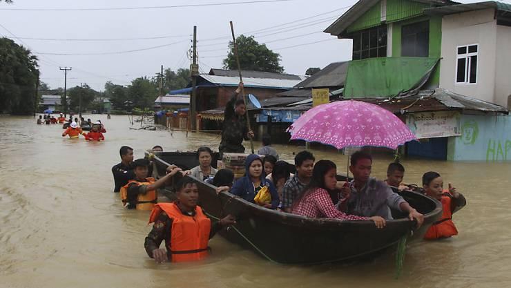 Retter evakuieren Menschen in der Stadt Bago, etwa 80 Kilometer nordöstlich der Hauptstadt Rangoon.