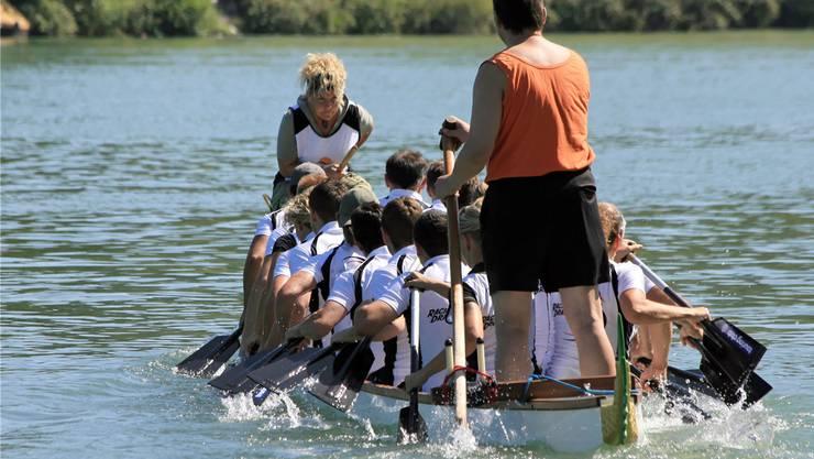 Drachenboot im Rhein.