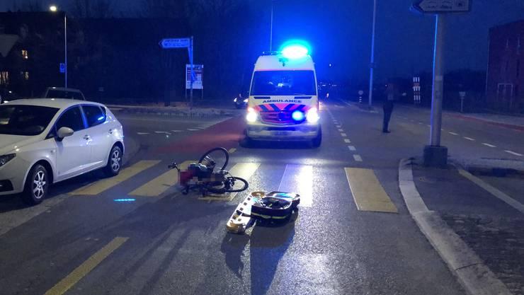 Die Fahrradlenkerin überquerte den Fussgängerstreifen.