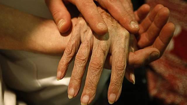 Verwandten-Pflege ist eine grosse Belastung (Archiv)