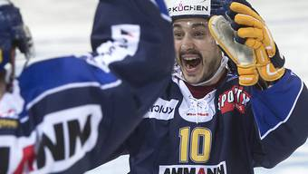 Langenthals Philippe Seydoux (rechts) freut sich mit seinen Teamkollegen (Archivbild)