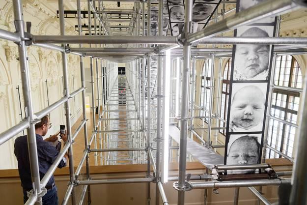 Die Arbeit Chance des international bekannten Künstlers Christian Boltanski ist nach der Biennale in Venedig 2011 jetzt auch in der Salle del Castillo in Vevey zu sehen. In der Arbeit Chance rattert ein ewig langes Fotoband mit Porträts von Neugeborenen durch eine Stahlkonstruktion und schaffen ein melancholisches Bild für den Faktor Zufall bei der Menschwerdung.