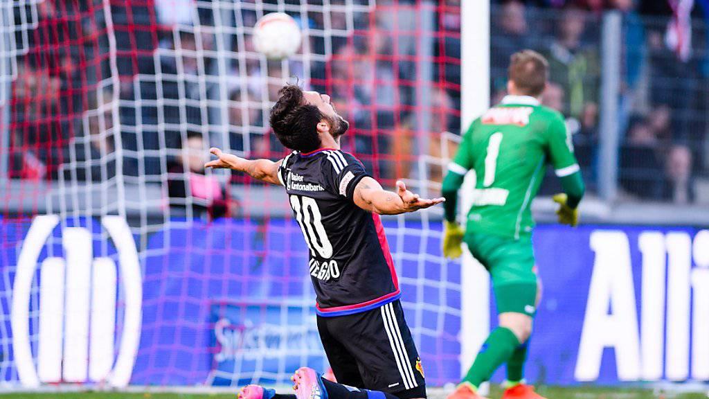 Matias Delgado bejubelt Michael Langs 1:0. Sions Goalie Anton Mitrjuschkin hat das Nachsehen