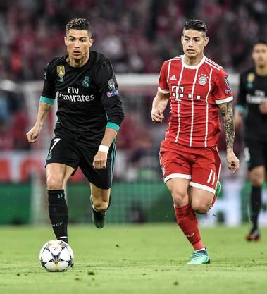 Im Zweikampf gegen den ehemaligen Teamkollegen: James Rodriguez im Laufduell mit Superstar Cristiano Ronaldo.