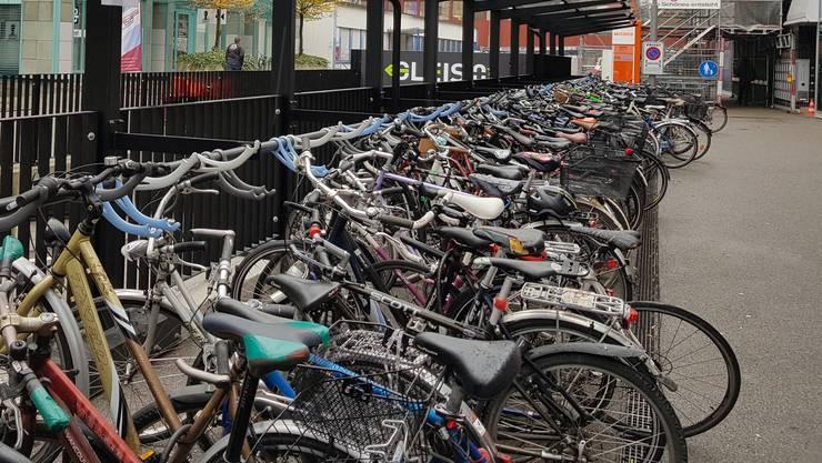 Ein vollgeparkter Veloständer am Bahnhof Aarau.