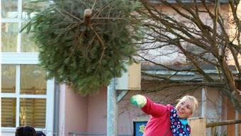 Weg mit dem Christbaum: Unzählige Wurftechniken waren am Samstag zu bestaunen. Ruedi Burkart