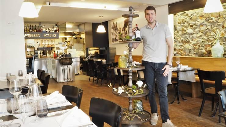 Mellingen, 18. Juli: Nach nur einem Jahr ist die Brasserie für Feinschmecker im «Weissen Kreuz» Geschichte. Pächter Stefano Kropp (Bild) hat sein Restaurant geschlossen. Jetzt möchte die neue Wirtin Oljenka Radwan zurück zu den Wurzeln der Beiz.