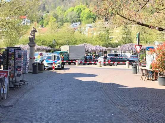 Die Situation auf dem Viehmarktplatz - auch hier zeigt sich: Die Polizei hat das Areal um die Postbank weiträumig abgesperrt.