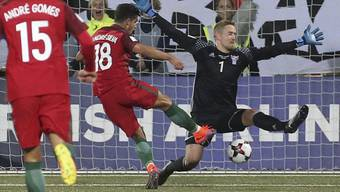 Portugals André Silva bezwingt Färöers Goalie Gunnar Nielsen dreimal in 25 Minuten