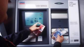 War vorübergehend nicht möglich: Geldbezug an einem Credit Suisse-Automaten (Archiv)