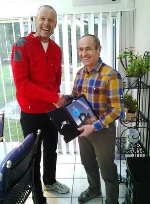 Bild: der Nachfolger überreicht dem abtretenden Präsident (rechts) ein Abschiedsgeschenk!