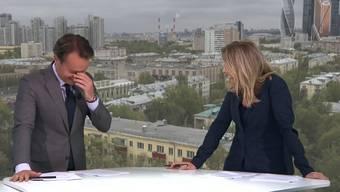 Kichern in der News-Sendung: Die Moderatoren können sich einfach nicht vom Anblick der nackten Meute erholen.
