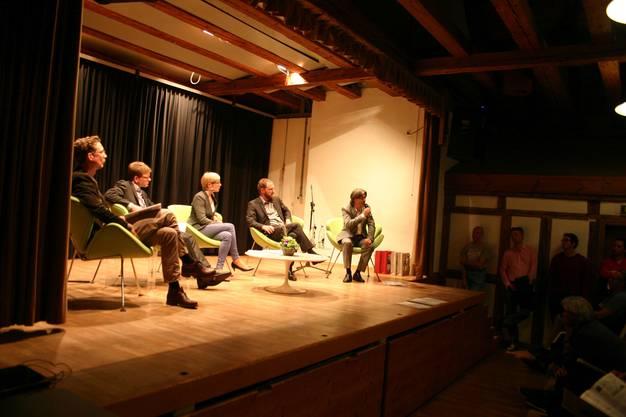 Michael Hermann, Balthasar Thalmann, Bettina Hamilton-Irvine, Stefan Kurath und Markus Bärtschiger diskutierten im übervollen Stürmeierhuus-Saal