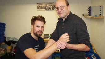 HCD-Klubarzt Walter Kistler betreut den am Schultereckgelenk verletzten Schweden Dick Axelsson.
