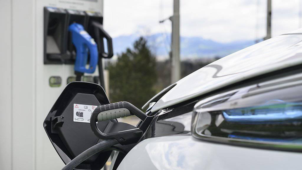 Elektro, Hybrid oder Erdgas im Tank: Autos mit alternativem Antrieb werden auf Schweizer Strassen immer beliebter. (Symbolbild)
