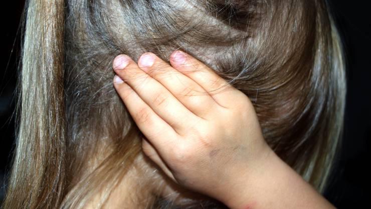 Eine Mutter schlug ihre Tochter – und der Stiefvater schaute nur zu und schritt nicht ein. (Symbolbild)