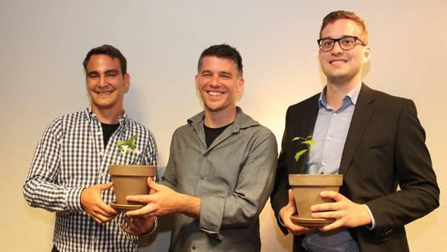 Von links: Carlo Possenti, der scheidende Präsident, Stadtrat Matthias Gotter, und Simon Binder bei der Übergabe des CVP-Pflänzchens, das wachsen soll.