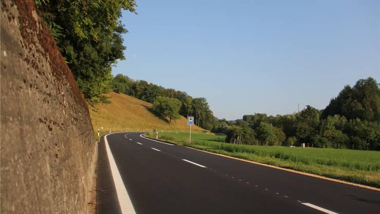 Bei der kürzlich sanierten Strasse von Hornussen nach Zeihen beginnen die Randlinien nicht auf beiden Seiten am gleichen Ort.