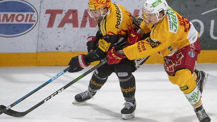Freiburgs Topskorer Ryan Gunderson (links) wehrt sich gegen den Langnauer Jules Sturny