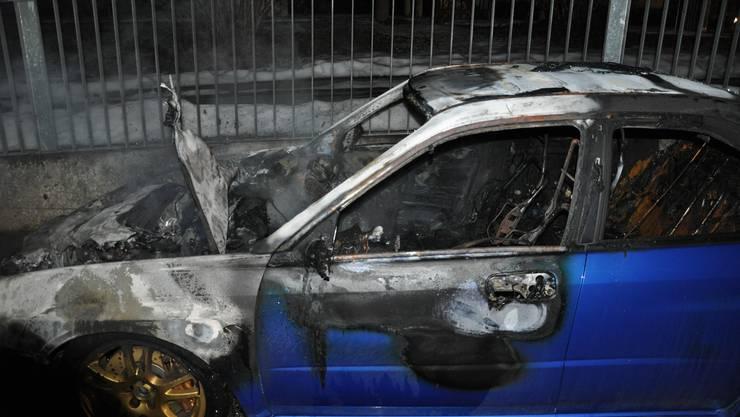 In Solothurn angezündet: Der völlig ausgebrannte Sportwagen.