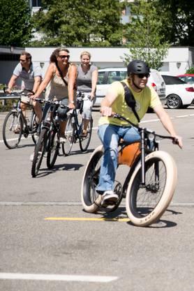 Auch an Fahrradfahrern fehlt es nicht im Konvoi.
