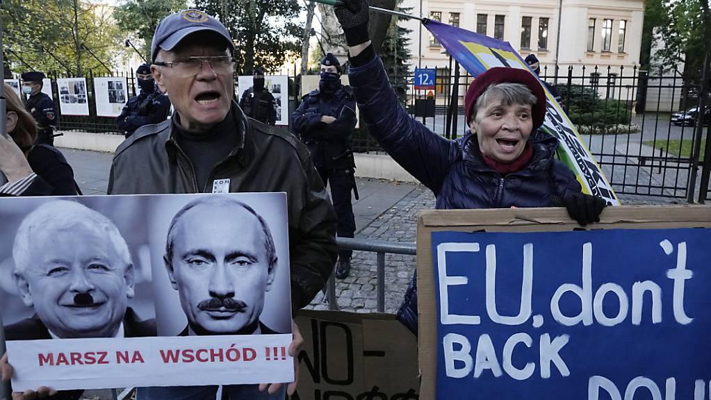 Menschen protestieren vor dem polnischen Verfassungsgericht in Warschau. Foto: Czarek Sokolowski/AP/dpa