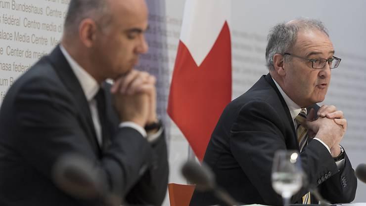 Wirtschaftsminister Guy Parmelin (rechts) und Gesundheitsminister Alain Berset haben am Freitag neue Massnahmen im Kampf gegen das Coronavirus vorgestellt und die Bevölkerung erneut zu Disziplin aufgerufen.