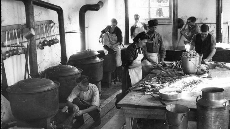 Das Bild zeigt die Militärküche mit sechs holzbefeuerten Kochkesseln im Auffanglager Alte Saline.