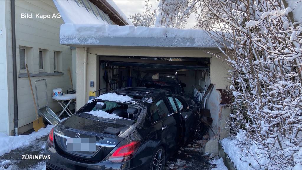 Drei Totalschäden: Junglenker kracht in Garage