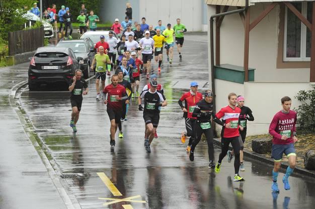 Die Läufer unterwegs bei nasskaltem Wetter