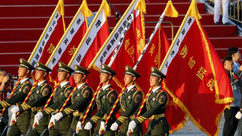 12'000 Soldaten der chinesischen Volksbefreiungsarmee marschieren in Chinas grösster Militärparade durch Peking.