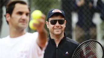 Lockere Stimmung bei Severin Lüthi im Training mit Roger Federer bei den French Open.