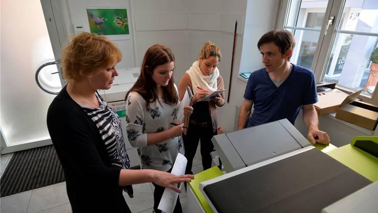 V.l.: Inhaberin Nicole Biedert und ihre zwei Mitarbeiterinnen LauraZurmühle und Aline Stocker erhalten die Schulung für das neue Gerät.