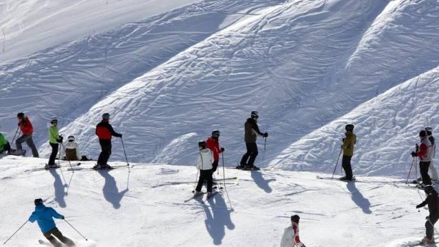 Menschen geniessen Schneesport in Arosa (Archiv)