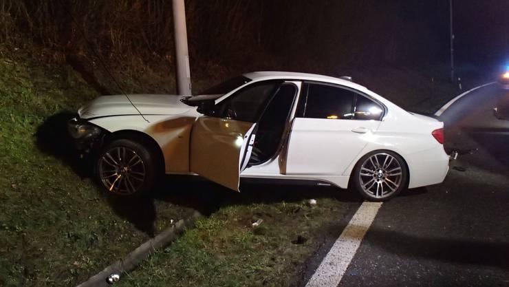 Der BMW kam von der Fahrbahn ab, kollidierte mit einer Leitplanke, worauf das Auto gegen eine Böschung geriet und zum Stillstand kam.