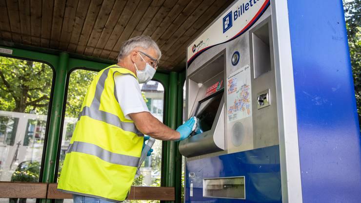 Walter Meier desinfiziert im Auftrag der BOGG die Busse und Billettautomaten in der Region Olten.