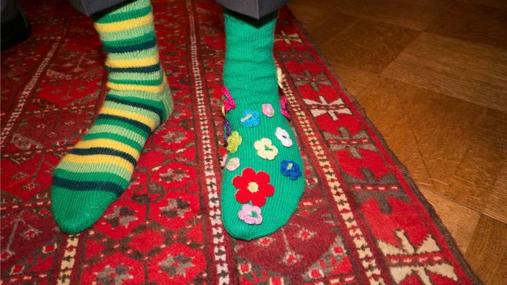 Die Socken von von Vorsänger Ueli Steinmann in der Farben einer einschlägig bekannten Fassade und als bunte Blumenwiese.