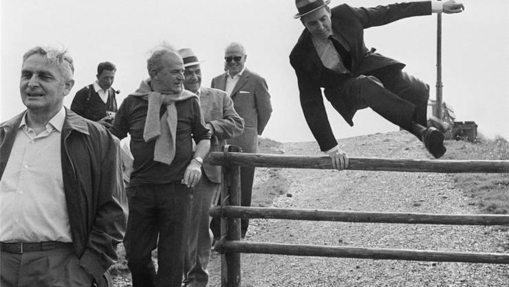Hürden und Hindernisse nahm er mit Leichtigkeit: Hans Peter Tschudi (SP BS, springt über den Zaun) als Bundespräsident auf dem Bundesratsreisli im Jahr 1970.