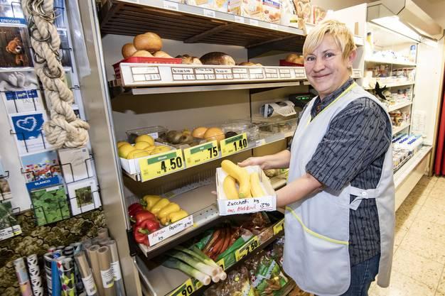 Mit jährlich 78 Kilogramm Hauskehricht und Sperrgut pro Person schafft es die Gemeinde Arboldswil auf den zweiten Rang. Verkäuferin Jeannette Schlumpf bietet in ihrem Dorfladen auch Produkte im Offenverkauf an.