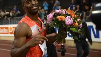 Tyson Gay nach seinem 9,79-Lauf mit den Siegerblumen in Lausanne.