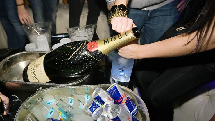 Szenen aus glücklicheren Tagen: Ausgelassenes Feiern bis zum Morgengrauen wird es in Zürcher Clubs nicht so rasch wieder geben. (Symbolbild)
