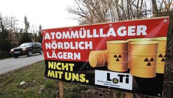 Plakat des Vereins «Nördlich Lägern ohne Tiefenlager» (LoTi) am Dorfeingang von Lengnau. (Archiv)
