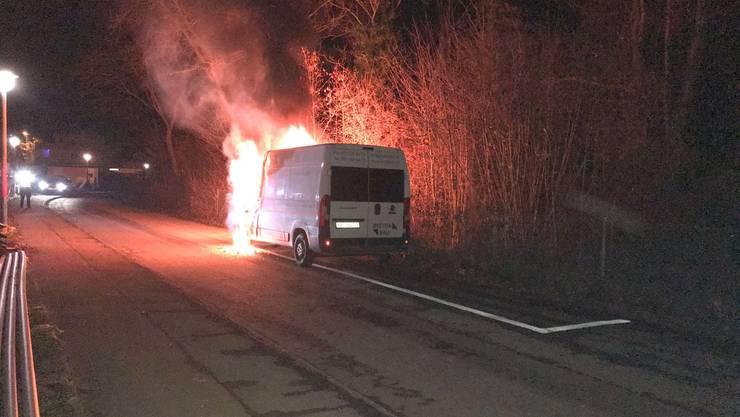 Ein Lieferwagen ist in Reinach ausgebrannt.