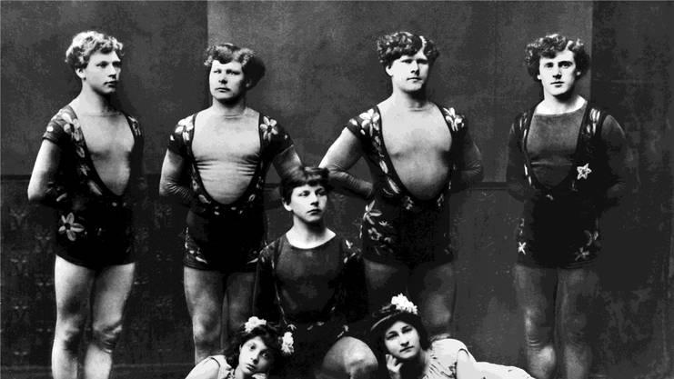 Die Brüder der vierten Generation Knie im Artistendress, undatierte Aufnahme. Sie gründeten 1919 den Circus Knie. KEYSTONE