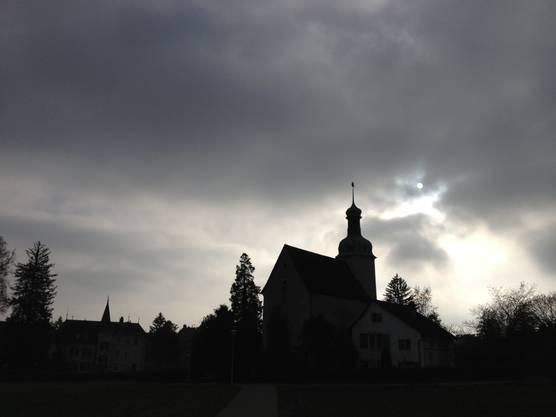 Die Sonne kämpft sich über der Loretokapelle in Solothurn durch den Hochnebel - Sonntag 18.11.2012